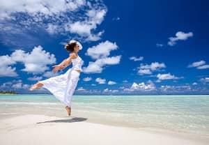 femme heureuse, regarder la mer